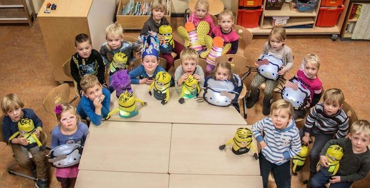 Schoolklas zingt Mien Lutje Lanteern