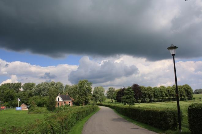 donkere wolken boven leermens