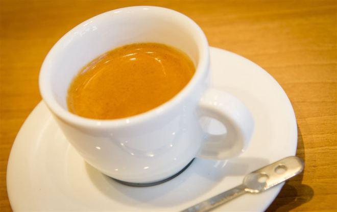 vd-bedankt-klanten-met-kopje-koffie1423143613